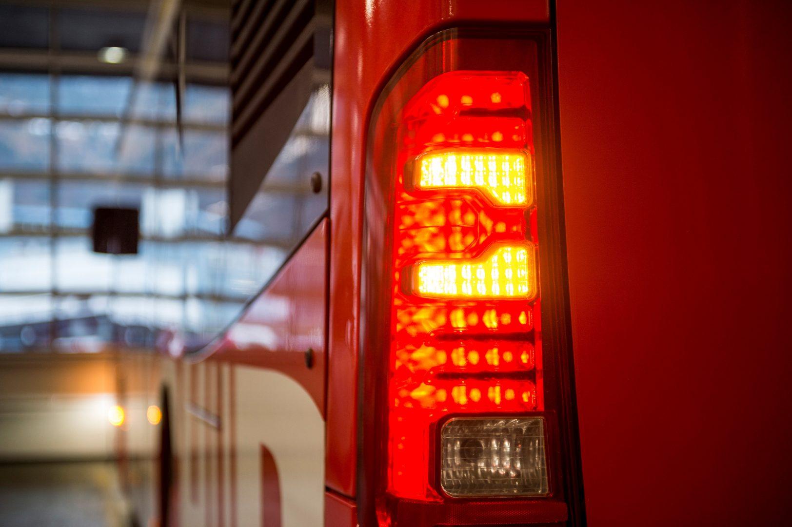 Chur Bus: Chauffeur checkt alle Lichtanlagen.